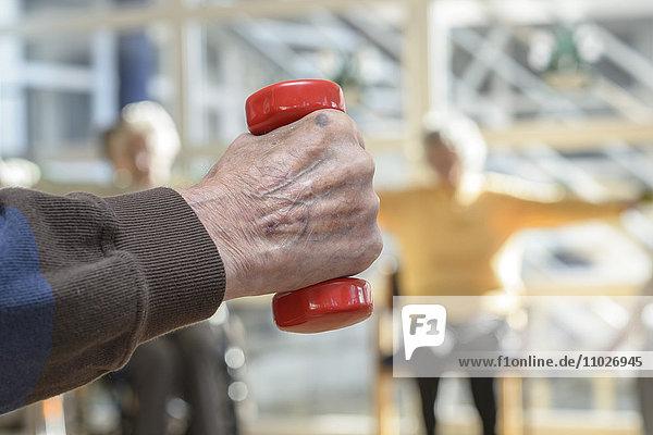 Gymnastik mit Handgewicht im Seniorenheim