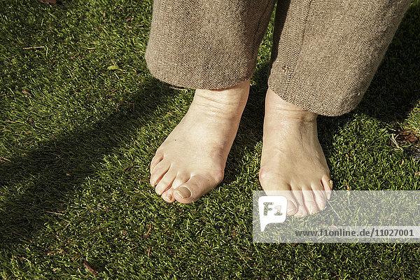 Senior barfuß im Garten von Seniorenheim
