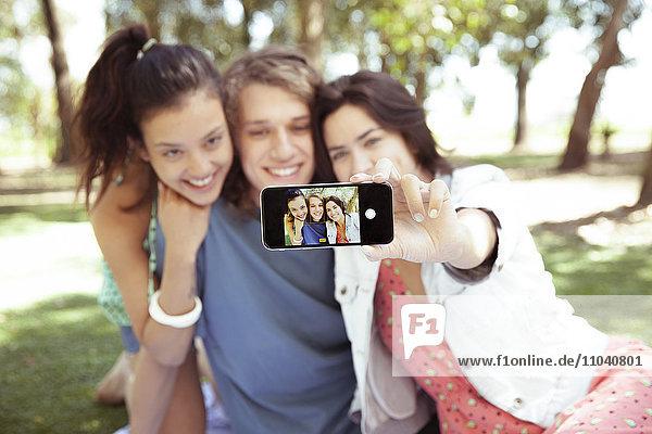 Freunde nehmen Selfie zusammen im Park.
