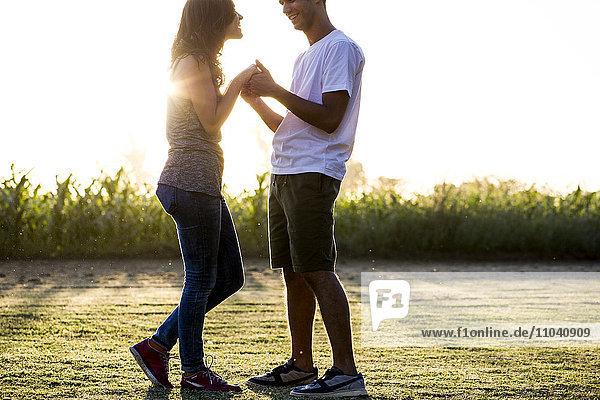 Paare tanzen zusammen im Freien