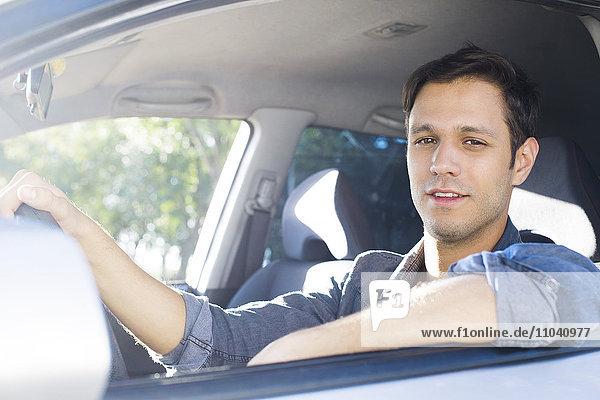 Mann genießt Pendeln im komfortablen Auto