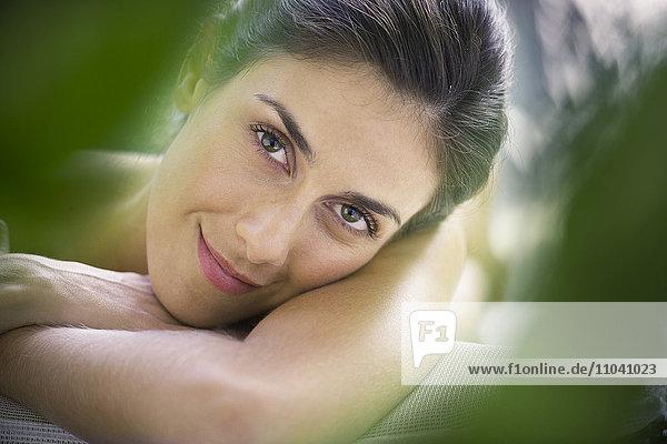 Frau entspannt sich im Spa  Portrait