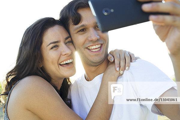 Pärchen posieren für Selfie