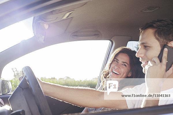 Gemeinsames Fahren im Auto während Fahrerchats auf dem Handy ohne Freisprecheinrichtung