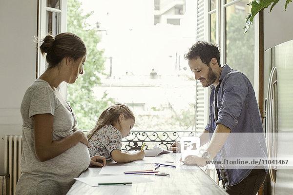 Eltern beobachten als Tochter Farben
