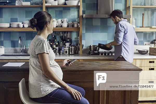 Paar zu Hause in der Küche