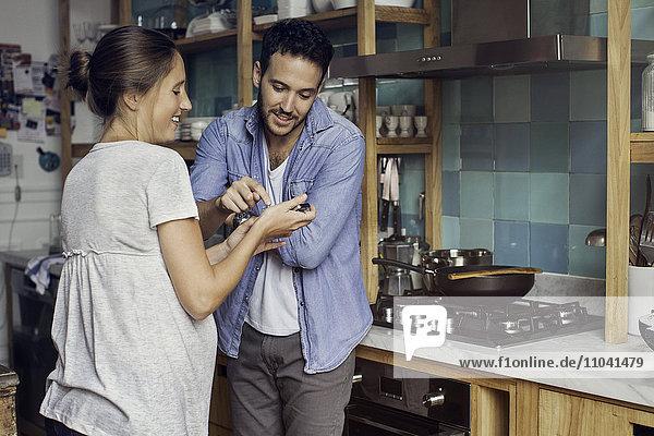 Frau zeigt Ehemann Smartphone