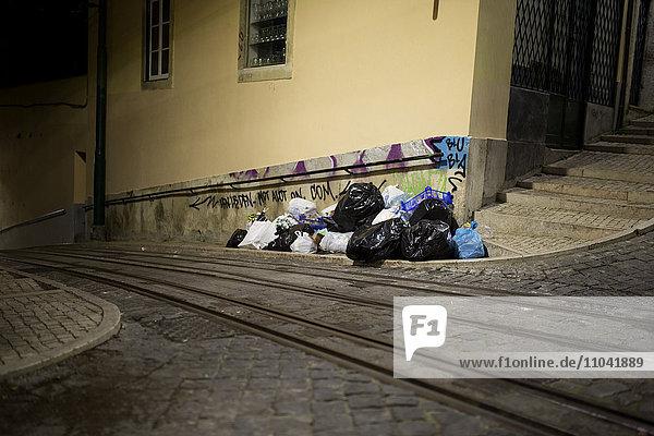 Müll auf der Seite der Kopfsteinpflasterstraße