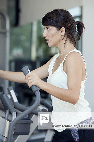 Frau trainiert im Fitnessclub