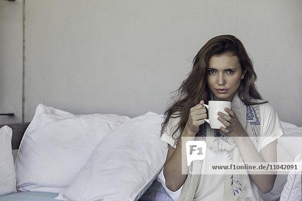 Frau genießt eine Tasse Kaffee