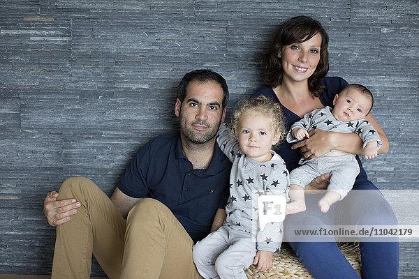 Familie mit zwei kleinen Kindern  Portrait