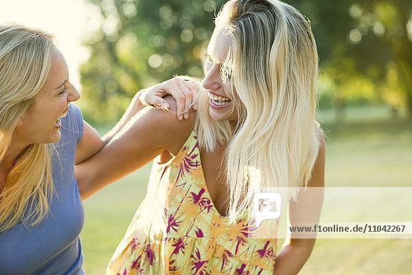 Frauen  die zusammen lachen