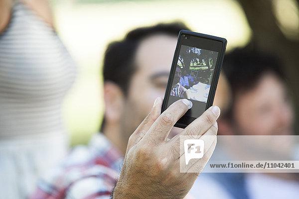 Mann  der Selfie mit Freunden nimmt