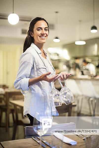 Kellnertisch im Restaurant  Portrait
