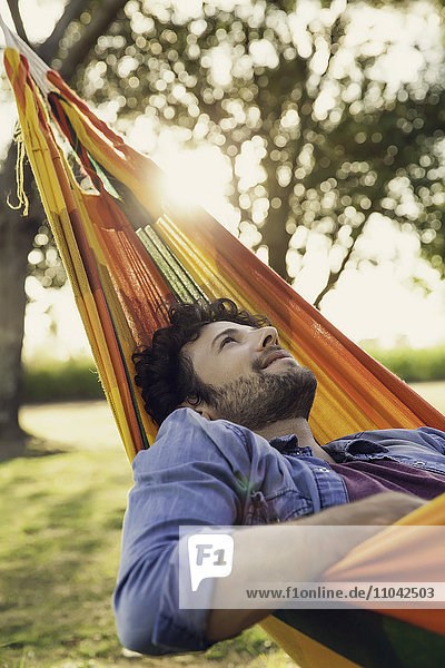 Mann entspannt in der Hängematte