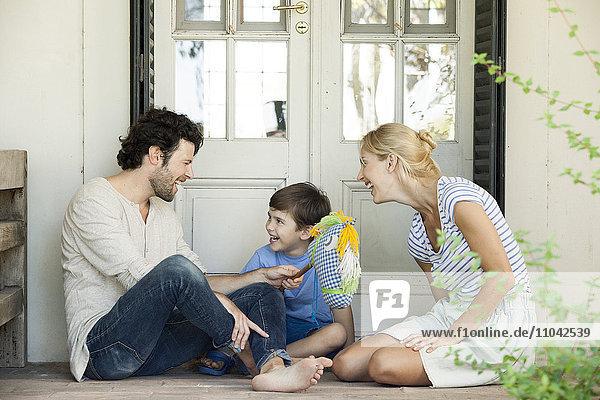 Familie mit einem Kind  das eine unbeschwerte Zeit im Freien verbringt.