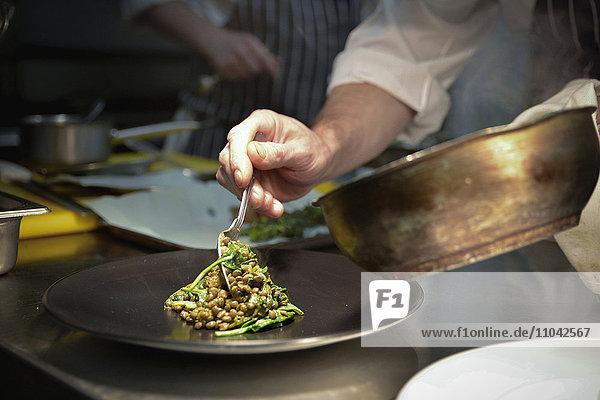 Kochlöffel Linsengericht auf Servierteller