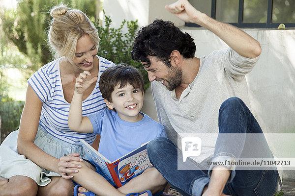 Eltern bringen dem Kind das Lesen bei