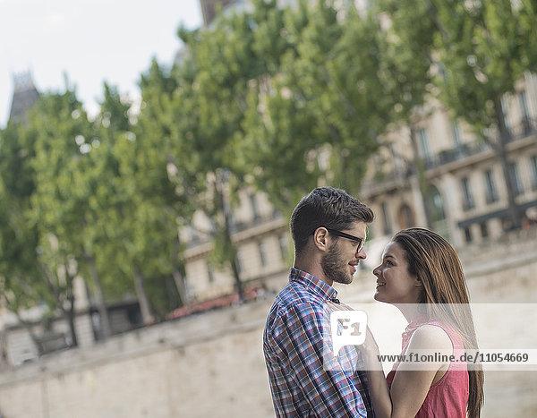 Ein Paar  ein Mann und eine Frau  die sich in die Augen sehen.