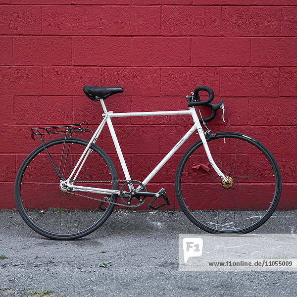 Fahrrad gegen eine Wand gelehnt.