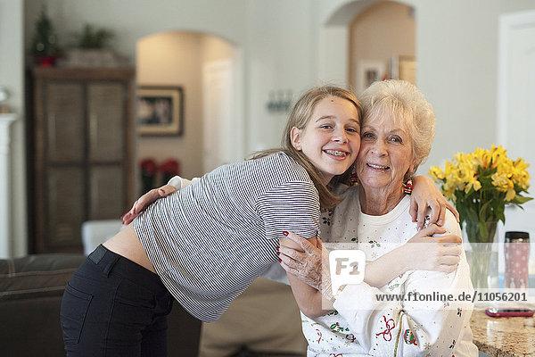 Ein Teenager und eine ältere Frau umarmen sich.