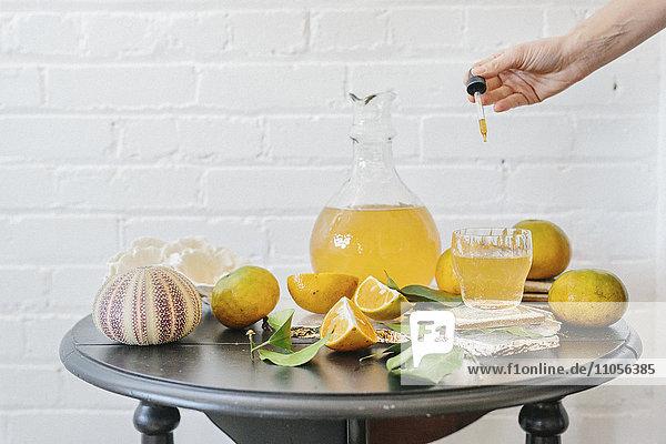 Ein Krug mit Orangensaft und frischem Obst. Ein Krug mit Orangensaft und frischem Obst.