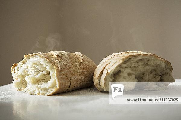 Nahaufnahme von zwei frisch gebackenen Brotlaiben.