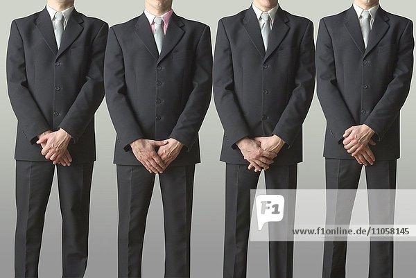 Identische Geschäftsmänner in einer Reihe  Konformität