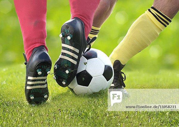 Zwei Fußballspieler  Detail Beine  kämpfen um Ball