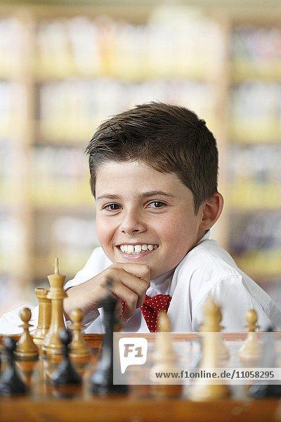 Lächelnder Junge beim Schachspiel
