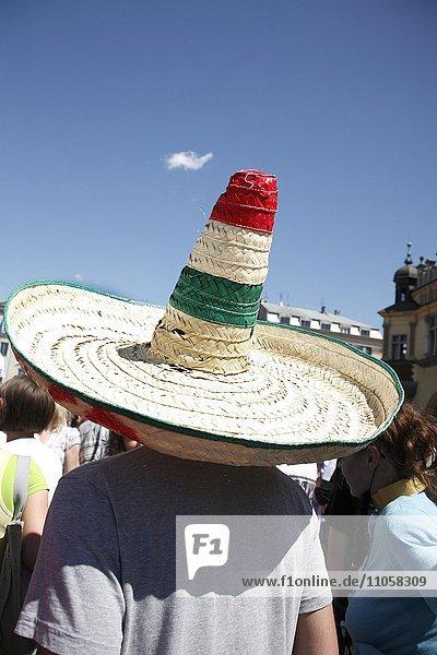 Mann mit Sombrero  Rückenansicht  Studentenfest Juwenalia  Krakau  Polen  Europa