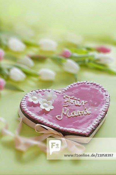 Rosa Torte mit Aufschrift Für Mami zum Muttertag  mit Blumen