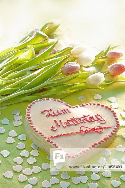 Torte mit Aufschrift Zum Muttertag mit Blumen