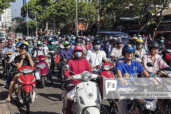 Mopeds auf der Straße im Verkehr  Saigon  Ho-Chi-Minh-City  Vietnam  Asien