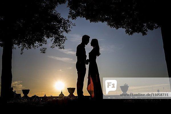 Silhouette  Brautpaar bei Sonnenuntergang  Rom  Italien  Europa