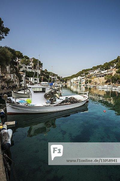 Bucht mit Fischerbooten und Hafen  Cala Figuera  Mallorca  Balearen  Spanien  Europa
