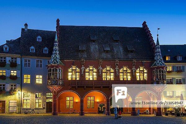 Historisches Kaufhaus am Münsterplatz  Dämmerung  Freiburg im Breisgau  Schwarzwald  Baden-Württemberg  Deutschland  Europa