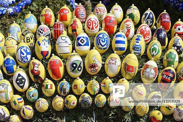 Logos der Fußballvereine bemalten Ostereier am Ostereierbrunnen  Osterbrunnen  Schechingen  Baden-Württemberg  Deutschland  Europa