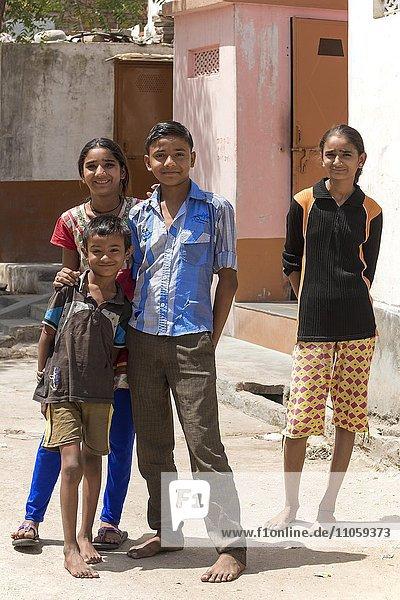 Kinder  Jugendliche auf der Straße  Bera  Rajasthan  Indien  Asien