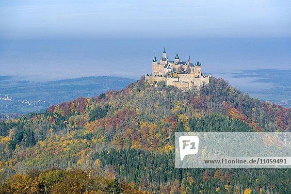 Burg Hohenzollern auf einem Hügel  Herbstlandschaft  Baden-Württemberg  Deutschland  Europa