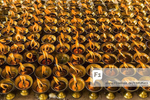 Brennende Butterlampen in einem Tempel  Boudha  Kathmandu  Nepal  Asien
