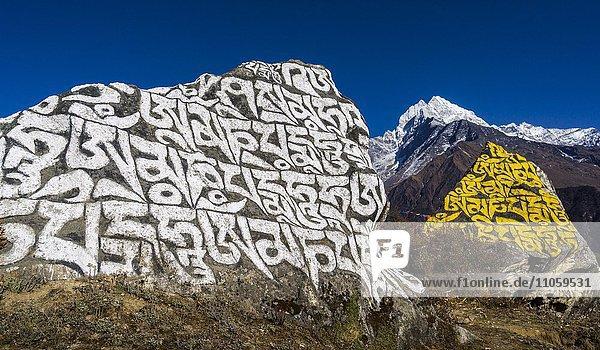 Großer Manistein mit dem tibetischen Mantra Om Mani Padme Hum  hinten Mt. Kangtega  6783 m  Namche Bazar  Solo Khumbu  Nepal  Asien
