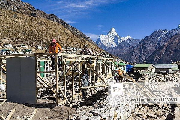 Wiederaufbau der durch das Erdbeben zerstörten Häuser im Jahr 2015  Mt. Ama Dablam  6856 m  in der Ferne  Khumjung  Solo Khumbu  Nepal  Asien