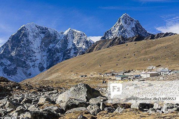 Ausblick auf das Dorf Lobuche  die Berge rund um Cho La dahinter  Lobuche  Solo Khumbu  Nepal  Asien