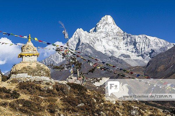 Buddhistische Stupa und Gebetsfahnen  Mt. Ama Dablam  6856 m  dahinter  Pangboche  Solo Khumbu  Nepal  Asien