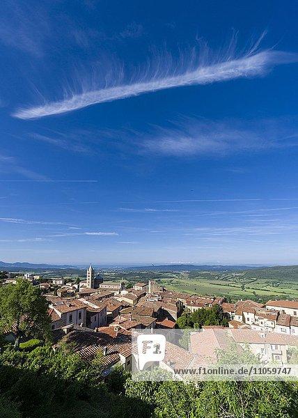 Stadtansicht  Blick über Häuser in Richtung Tal  Massa Marittima  Toskana  Italien  Europa