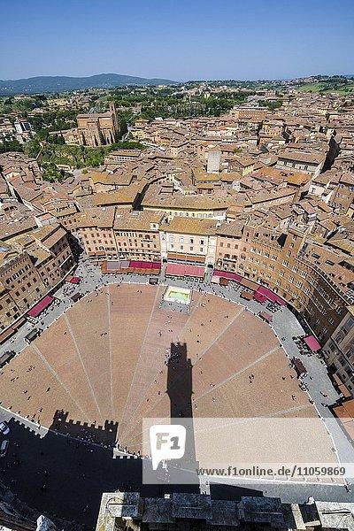 Ausblick auf die Piazza del Campo und Dächer der Stadt vom Torre del Mangia  Siena  Toskana  Italien  Europa