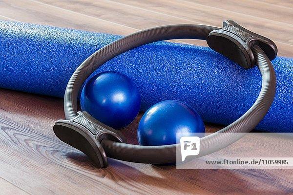 Schaumstoffrolle  Kugeln und Ring  Utensilien für Pilates-Training