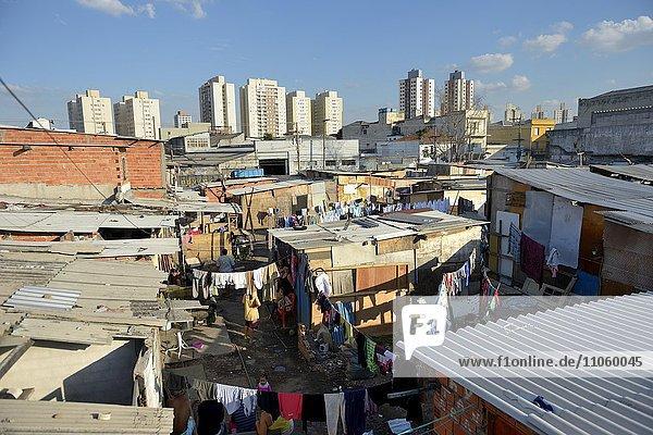 Armenviertel aus Holzbarracken auf einem besetzten Grundstück  Favela 21 de Abril  Sao Paulo  Brasilien  Südamerika