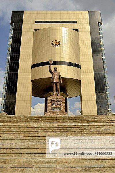 Unabhängigkeitsmuseum  Independence Memorial Museum  davor Statue von Sam Nujoma  erster Präsident der Republik Namibia  Windhoek  Namibia  Afrika